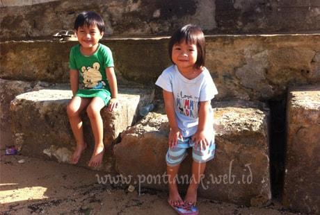 Anak-anak Bermain di Pantai Tanjung Bajau